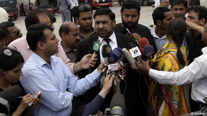 Prosecutor Chaudhry Zulfikar talks to journalists outside the anti-terrorism court (ATC) in Rawalpindi, in this file picture taken April 26, 2013. Zulfikar, the prosecutor investigating the 2007 assassination of former Pakistani Prime Minister Benazir Bhutto, one of the most shocking events in Pakistan's turbulent history, was shot dead on May 3, 2013, police sources said. Gunmen on a motorcycle pumped 12 bullets into Zulfikar as he left his home in Islamabad, the sources said. Picture taken April 26, 2013. Photo: REUTERS/Faisal Mahmood/Files