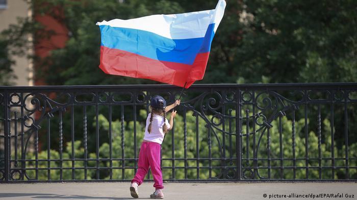 Дете развява руското знаме