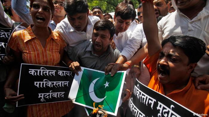 Activists from the hardline Hindu group Bajrang Dal shout slogans as they burn a poster of the Pakistani national flag during a protest after the death of Sarabjit Singh, who was convicted of spying for India and sentenced to death in Pakistan, in New Delhi May 3, 2013 (Photo: REUTERS/Mansi Thapliyal)