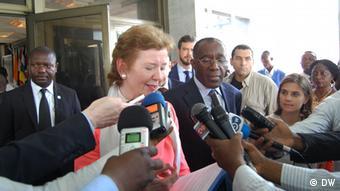 Mary Robinson talking to a crowd of reporters (Photo: DW)