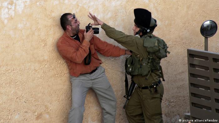 Ein Soldate behindert einen Journalisten, ein Foto zu machen (Foto: picture alliance/landov)