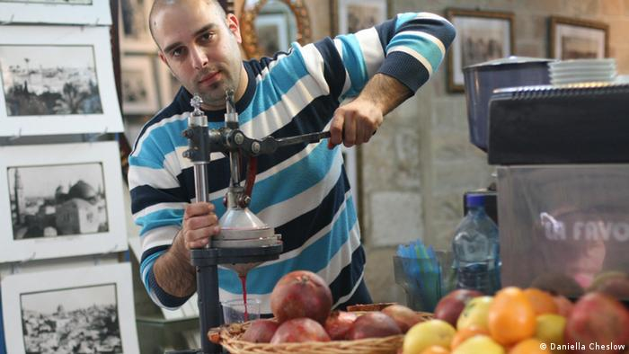 A Kiosk worker in the Jerusalem Old City in Israel makes pomegranate juice in April 2013 (Foto: Daniella Cheslow)