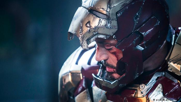 Filmstill Portrait Robret Downey Jr als Tony Stark in aufgeklappten Helm des Iron Man (Foto: picture-alliance/AP).