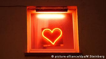 Crveno neonsko srce na ulazu