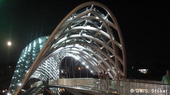 Friedensbrücke in der georgischen Hauptstadt Tiflis (Foto: DW/Silvia Stöber)