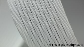 Dieses Textilmaterial aus Formgedächtnislegierungen wurde am Fraunhofer Institut für Werkzeugmaschinen und Umformtechnik entwickelt. Es verformt sich bei Erwärmung auf Körpertemperatur und übt dann einen sanften Druck aus. Dadurch eignet es sich für flexible Orthesen, also Stützverbände und Schienen. (Foto: Fraunhofer IWU)