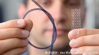 Ein Stent, der aus Nickel-Titan-Drähten geflochten wurde. Er hat eine hohe Flexibilität, die der von Blutgefäßen entspricht. Entwickelt wurde der Stent an der Ruhr-Universität-Bochum (Foto: RUBIN - Das Wissenschaftsmagazin)