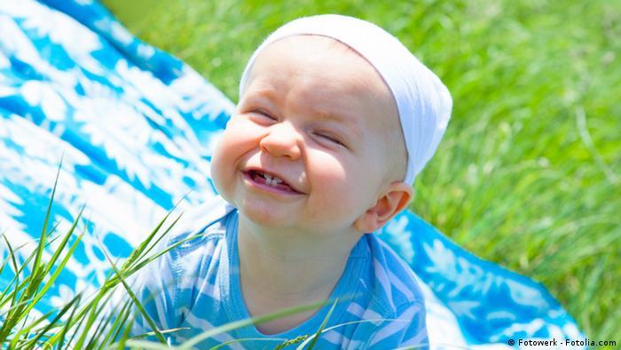 Ein lächelndes Baby