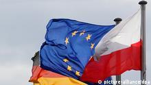 ARCHIV - Die Fahnen von Deutschland, der Europäischen Union (EU) und von Polen wehen am deutsch-polnischen Grenzübergang in Frankfurt (Oder), aufgenommen am 02.03.2007. Der deutsche Arbeitsmarkt öffnet sich in rund zwei Wochen für Arbeitskräfte aus Osteuropa. Für Einwohner der acht EU-Beitrittsländer des Jahres 2004 - Estland, Lettland, Litauen, Polen, Slowakei, Slowenien, die Tschechische Republik und Ungarn - fallen vom 1. Mai an bis dahin geltende Beschränkungen weg. Viele sehen darin eine Chance, den in Deutschland drohenden Fachkräftemangel oder auch das Demografieproblem positiv beeinflussen zu können. Andere wiederum befürchten Lohndumping, die Gewerkschaften erneuern daher ihre Forderung nach Mindestlöhnen. Foto: Patrick Pleul dpa/lbn (zu dpa-Themenpaket Arbeitnehmerfreizügigkeit vom 26.04.2011) +++(c) dpa - Bildfunk+++