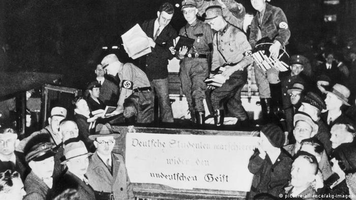 Buecherverbrennung/sammeln von Buechern... Nationalsozialismus / Buecherverbrennung auf dem Opernplatz in Berlin, am 10. Mai 1933. - Sammeln der beschlagnahmten Buecher auf einem Wagen, mit dem sie zur Ver- brennung auf dem Opernplatz gefahren werden.- Foto.