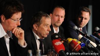 Die Anwälte (l-r) Angelika Lex, Reinhard Schön, Sebastian Scharmer und Stephan Lucas nehmen am 05.05.2013 an einer Pressekonferenz der Nebenlagevertreter in München (Bayern) teil. (Foto: dpa)