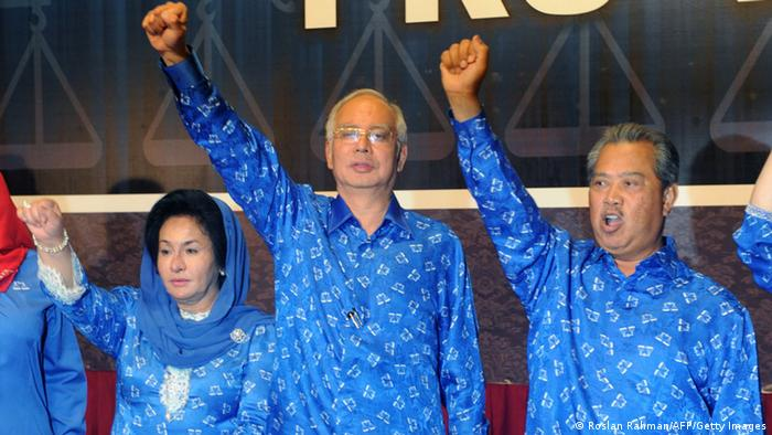 Malaysian Prime Minister Najib Razak (C), his wife Rosmah Mansor (L) and deputy Prime Minister Muhyiddin Yassin celebrate the Barisan Nasional (National Front) coalition electoral victory, on May 6, 2013 in Kuala Lumpur. AFP PHOTO / ROSLAN RAHMAN