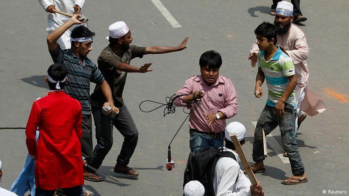 به گفته پلیس بنگلادش تظاهرکنندگان مسلح به چوب و چماق و مواد آتشزا بودند