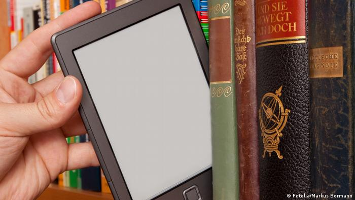 E-reader being pulled out of bookshelf, Copyright: Fotolia/Markus Bormann
