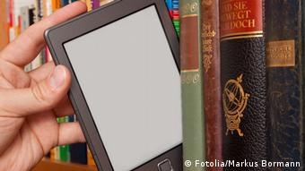 An e-reader on a bookshelf (Fotolia/Markus Bormann)