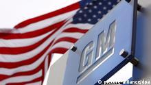ARCHIV - Die US-amerikanische Flagge weht am 19.11.2008 vor der GM-Zentrale in Detroit. Mittlerweile sind die USA nach Aussage von Volkswirten der größte internationale Schuldner der Weltwirtschaft. Dabei sind die Probleme im Absatz von Unternehmen wie General Motors durch Qualitätsmängel und verfehlte Modellpolitik hausgemacht. Foto: Jeff Kowalsky/epa (zu dpa: «Das Handelsdefizit der USA: Wie ein Land über seine Verhältnisse lebt» vom 11.10.2012) +++(c) dpa - Bildfunk+++