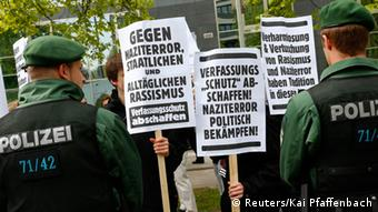 Police face protesters holding placards against racism and neo-Nazis outside the courthouse, (Photo: REUTERS/Kai Pfaffenbach/DW)