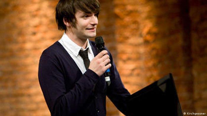 Sasa Stanisic spricht als junger Mann in ein Mikrofon (Kirchgessner)