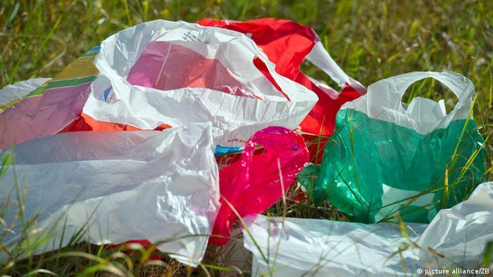 Weggeworfene Plastiktüten auf einer Wiese Foto: Patrick Pleul