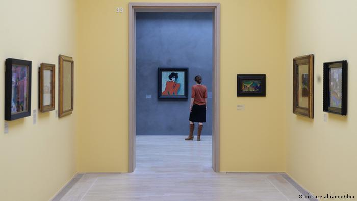 Девушка рассматривает картину