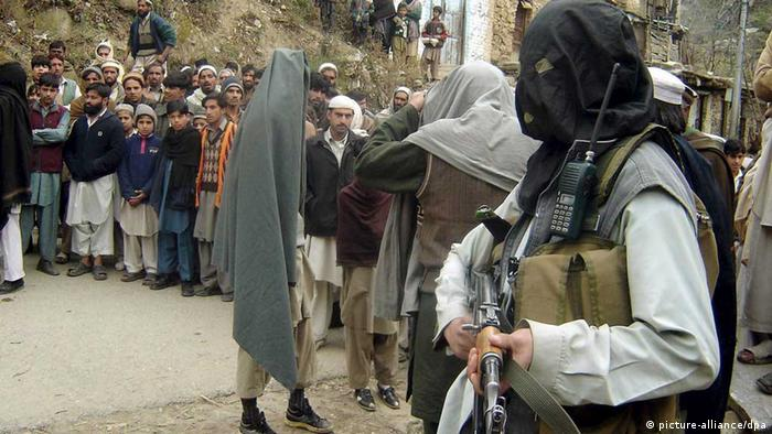 People gather to watch Pakistani Taliban punishing a man (not in picture) accused of selling drugs, in Pakistan?s volatile Swat valley where Pakistani forces are engaged in an operation against Talibans, on 15 December 2008. Pakistani Talibans killed Pir Samiullah, a local leader of anti-Taliban private army, and abducted some 76 of his followers. Government forces have been battling militant supporters of firebrand pro-Taliban cleric Maulana Fazlullah since October 2007 when the rebels launched an armed struggle to impose self-defined Islamic laws on the region. EPA/RASHID IQBAL +++(c) dpa - Report+++ // eingestellt von se