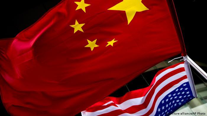 Symbolbild Cyber Angriff Chinesische und amerikanische Fahne vor einem Hotel in Peking