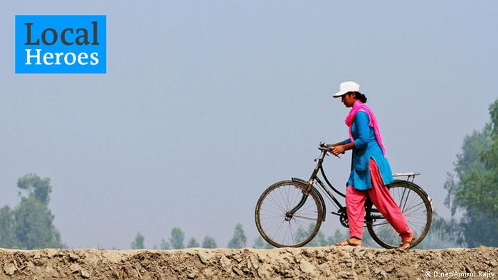 An Infolady pushing her bike (Photo: D.net/Amirul Rajiv.)