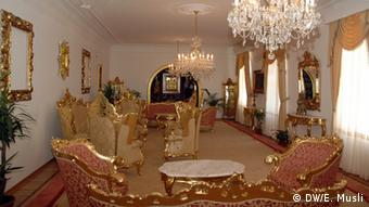 Luksuzno opremljena soba sa stilskim namještajem