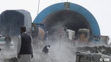 Salang Tunnel und Salang Pass Der Salang Pass im Norden Afghanistans ist 3.878 m hoch und ein Gebirgspass im Hindukusch in Afghanistan. Die durch den Salangtunnel führende Passstraße ist die wichtigste Straßenverbindung zwischen der Hauptstadt Kabul und den nördlichen Landesteilen. Die Bilder hat uns unser Korrespondent Hamid Safi aus Mazar-i Scharif geschickt. Alle Rechte gehören der DW. Schlagwörter: Afghanistan, Handel, Straßen, Tunnel, Salang, Hindukusch, Route, Straße