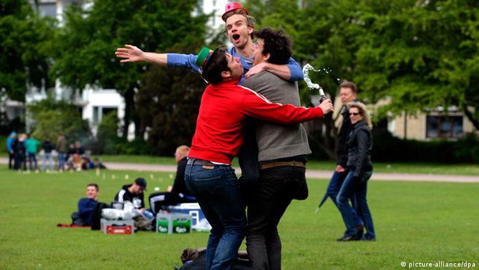 Three young men in Hamburg - Photo: Daniel Bockwoldt (dpa)