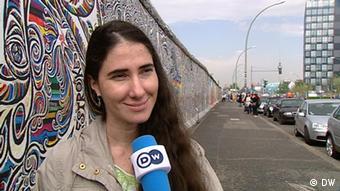 Die kubanische Bloggerin Yoani Sánchez, Gewinnerin des Deutsche Welle Awards The Bobs 2008, besucht auf ihrer Auslandstour die Berliner Mauer in der deutschen Hauptstadt Berlin (Quelle: DW)