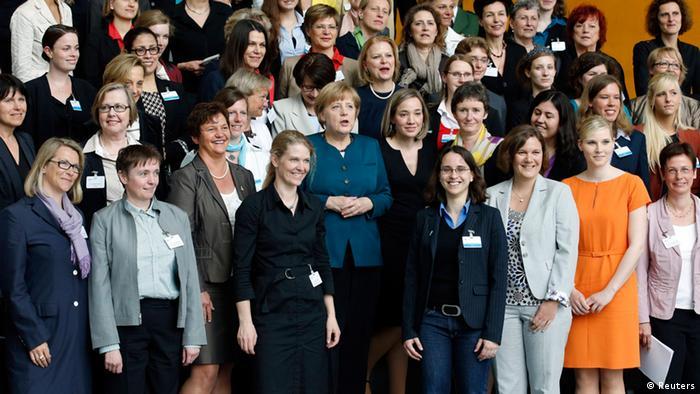 به منظور حضور فعالتر و بیشتر زنان در عرصه مدیریت نهادها و هیئت مدیره موسسات دولتی و خصوصی در آلمان خواست افزایش مشارکت زنان در مشاغل مدیریتی از سوی فعالان زن مطرح شد. با وجود مخالفتهای بسیار سرانجام گام تاریخی برداشته شد و در ۶ مارس سال ۲۰۱۵ طرح سهمیهبندی زنان به تصویب مجلس رسید. طبق این قانون پذیرفته شد که ۳۰ درصد شغلهای مدیریتی به زنان سپرده شود. این میزان باید تا سال ۲۰۱۸ به ۵۰ درصد افزایش یابد.