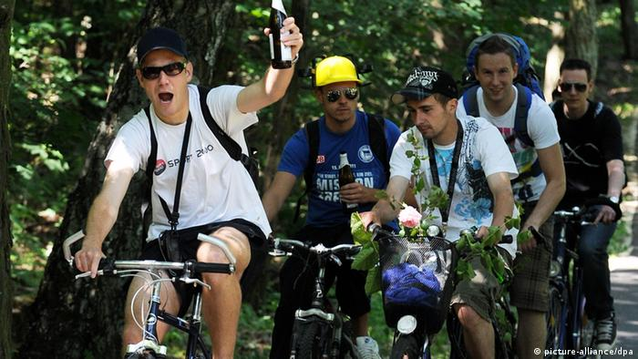 A group of young men on bicycles with beer bottles in their hands, near Schmöckwitz - Photo: Tim Brakemeier (dpa)