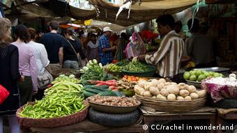 Gemüsemarkt in Rajasthan, Indien, wir sehen Gemüse auf Marktständen (Foto: CC/rachel in wonderland, http://www.flickr.com/photos/rdale/5633650066/sizes/l/in/photostream/ Lizenz: http://creativecommons.org/licenses/by-sa/2.0/deed.de)
