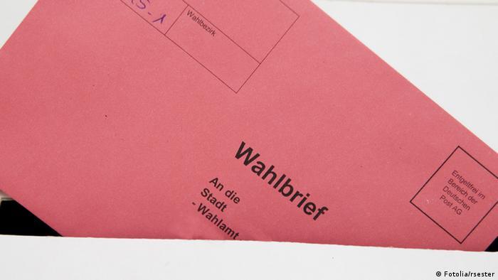 شهروندان دستکم چند هفته پیش از انتخابات نامهای دریافت میکنند که در آن تاریخ انتخابات و آدرس حوزه رایگیری آنان ذکر شده است. آنان روز انتخابات میتوانند با این نامه به حوزه مربوطه مراجعه و با ارائه کارت شناسایی برگه انتخاباتی خود را دریافت کنند. رایدهندگان سپس در کابینی رای خود را به صورت ضربدر وارد برگه میکنند و به صندوق میاندازد. در آلمان همچنین میتوان از طریق نامه در انتخابات شرکت کرد.