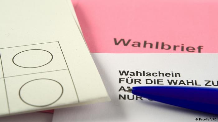 Die Unterlagen für eine Briefwahl, verschiedene Papiere und Umschläge. (Foto: VRD - Fotolia.com)
