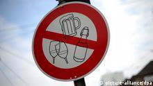 ARCHIV - Ein Schild weist in der Innenstadt von Kassel auf das Alkoholverbot hin (Archivfoto vom 01.09.2011). Der Karneval ist vorbei, das Fasten beginnt. Nach dem Ende der Narrenzeit steht Verzicht bei vielen Menschen hoch im Kurs. Was lässt sich am ehesten entbehren? Genussmittel wie Alkohol oder Fernsehen oder Computer? Foto: Uwe Zucchi dpa (zu dpa-Korr Auszeit in der Fastenzeit - Gewinn durch Verzicht vom 21.02.2012) +++(c) dpa - Bildfunk+++
