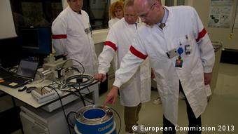 EUSECTRA students stand in front of measurement instruments (Photo: Ralf Bosen)