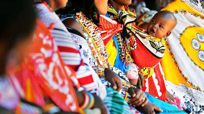 Maasai-Mütter mit ihren Babies in einer Schlange ausserhalb eines Wahllokals, März 2013 in Kenia (Foto: AFP/Getty Images)