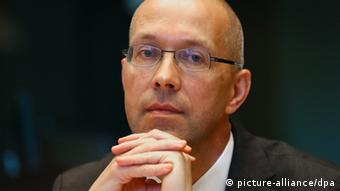 Portrait of Executive Board Member Joerg Asmussen before the start of the session of the Committee on Economic and Monetary Affairs at the European Parliament, in Brussels, Belgium Photo: EPA/JULIEN WARNAND +++(c) dpa - Bildfunk+++