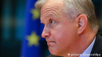 epa03691505 Olli Rehn, the European Commissioner in charge of Economic and Monetary Affairs, awaits the start of the session of the Committee on Economic and Monetary Affairs at the European Parliament, in Brussels, Belgium, 08 May 2013. The session of the Committee on Economic and Monetary Affairs is held on the financial assistance to Cyprus. EPA/JULIEN WARNAND +++(c) dpa - Bildfunk+++