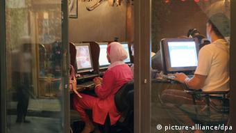 Women and men in an Internet cafe in Damascus (Photo: Oliver Berg)