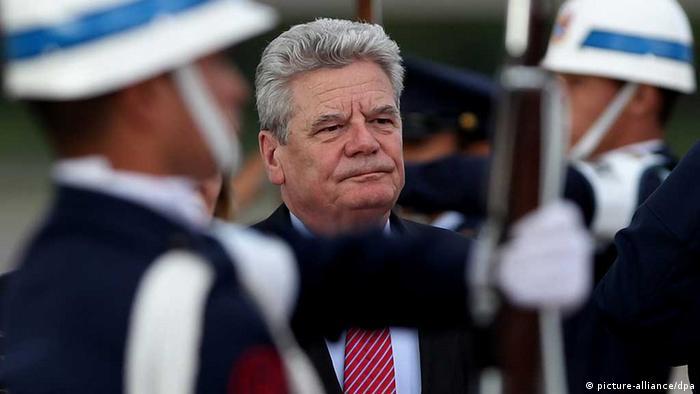 Rais wa Ujerumani Joachim Gauck baada ya kuwasili mjini Bogota, Colombia.