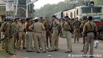 Indian police force stands at Chakulia railway station soon after armed Maoist rebels seized a train in Kanumohali in eastern India (Photo: EPA dpa)eport+++
