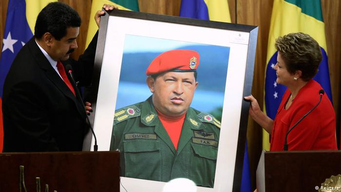 En la imagen, los jefes de Gobierno de Venezuela y Brasil admiran un retrato de Hugo Chávez.
