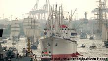 Das Frachtschiff Cap San Diego läuft am 09.05.2013 bei der Einlaufparade des größten Hafenfestes der Welt im Hafen von Hamburg ein. Foto: Sven Hoppe/dpa