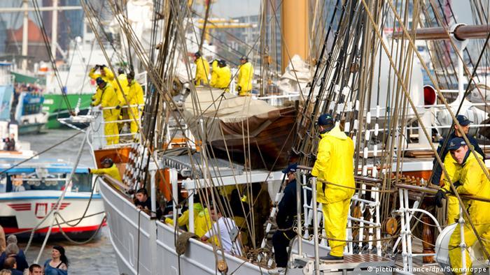 Das brasilianische Segelschiff Cisne Branco liegt am 09.05.2013 nach der Einlaufparade des größten Hafenfestes der Welt im Hafen von Hamburg an den Landungsbrücken. Vom 09.-12.05.2013 findet in Hamburg der 824. Hamburger Hafengeburtstag statt. Foto: Sven Hoppe/dpa