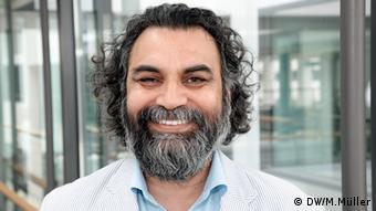 Dr. Altaf Khan, Mitarbeiter der Deutschen Welle, Urdu Redaktion. Porträt für Kommentar. Foto: DW/Matthias Müller, 10.05.2013, Funkhaus Bonn