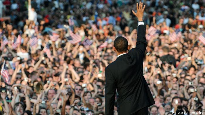 Barack Obama an der Siegessäule in Berlin 2008 - Foto: Rainer Jensen (dpa)