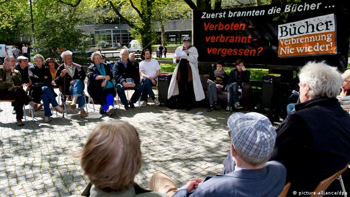 Menschen nehmen am 10.05.2013 auf dem Campus der Universität Hamburg an einer Lesung aus Büchern teil, die 1933 von den Nazis verbrannt wurden.(Foto: picture-alliance/dpa)
